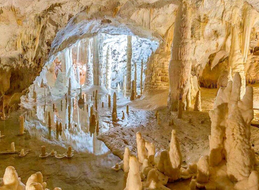 Formazioni calcaree nelle Grotte di Frasassi